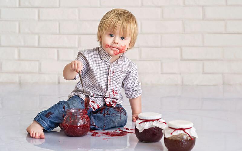 ребенок ест варенье