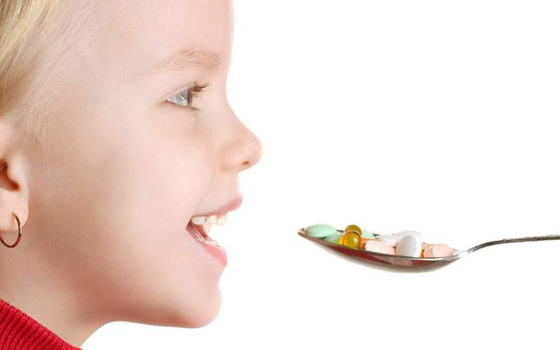 ребенок ест витамины