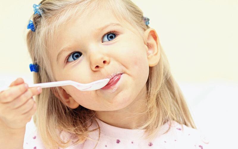 ребенок кушает с ложки